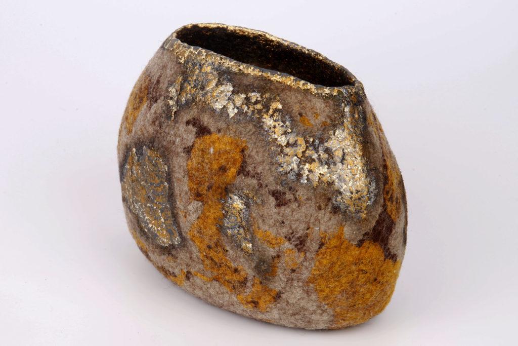 Ricarda Aßmann - vaso in feltro e dettagli color oro