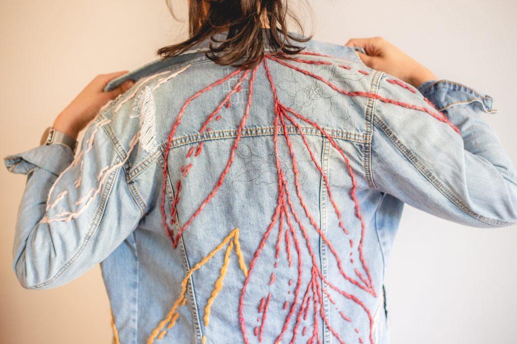 Trini Guzmàn - giacca di jeans ricamata a mano