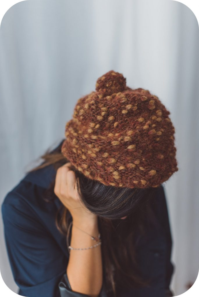 Как сделать круглую шапочку с помпоном без швов