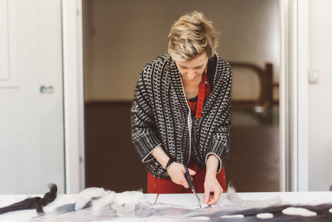Maria Friese realizza un'opera in feltro