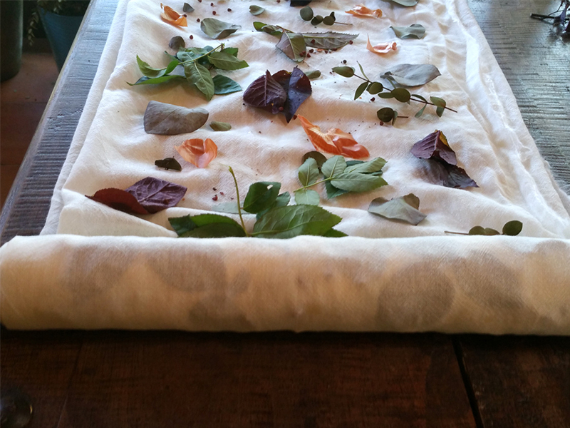 Ecoprinting - rolling wool etamine with leaves